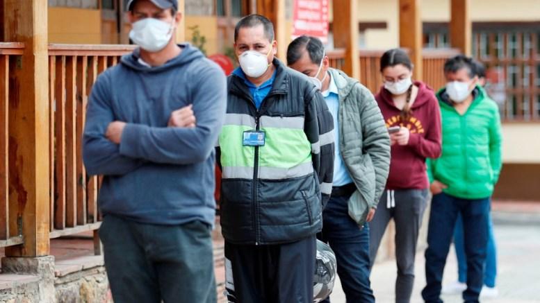 Personas esperan ser atendidos para realizar pruebas COVID-19 en Colombia