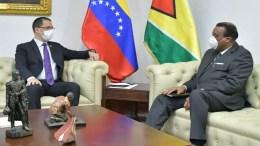 Canciller venezolana dialoga con encargado de negocios de Guyana