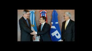 ACUERDO. Watson, de Chevron, y Galuccio, de YPF, tras la firma (Prensa YPF)