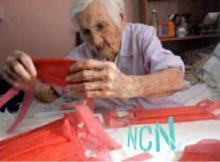 Anciana de 96 años fabrica mascarillas para donarlas a hospitales