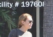 5f6cc6be54b220e9d450a5b9c3eb9016 - Paparazzis captan a Miley Cyrus saliendo de una tienda de marihuana