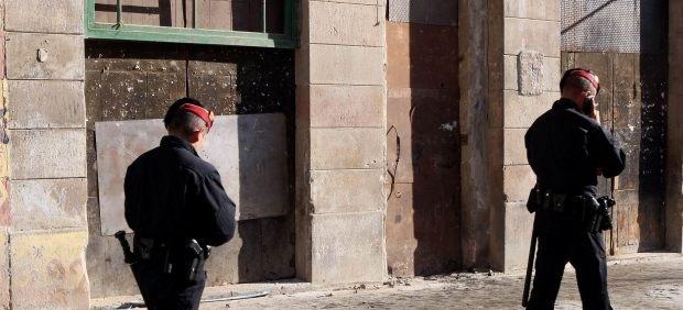 El Supremo les había condenado a 4 años y 9 meses de prisión. Fueron acusados de maltrato y de tortura a un detenido por error.Los mossos llegaron a meter una pistola en la boca del inocente.Gracias al indulto los agentes no tendrán que ingresar en la cárcel.