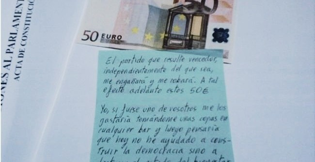 7735dcd16be992c0f879400c5c1d7600 - Un votante mete 50 euros en el sobre electoral