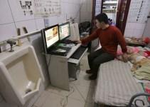 9869119d53a0e4ddb8dbcb0b1e6fe059 - Una familia lleva seis años viviendo dentro de un baño público en China
