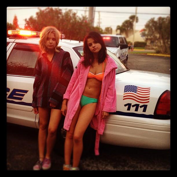 selena 1 - Selena Gomez ¡Arrestada y en bikini!