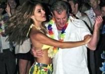 229956fc27ea4c6cab045867feda1f23 - Mel Gibson se cuela en una fiesta y baila con la dueña