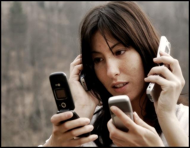 Una persona consulta su teléfono móvil una media de 34 veces al día, lo que delata la dependencia de la tecnología
