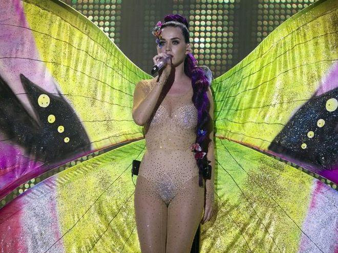 katy1 - Katy Perry se incómodo con su vestuario durante una entrega de premios