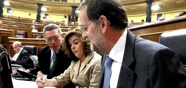 El presidente del Gobierno, Mariano Rajoy, acompañado de la vicepresidenta, Soraya Sáenz de Santamaría, y el ministro de Justicia, Alberto Ruiz-Gallardón