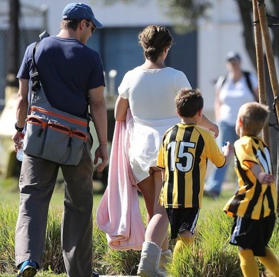 1363011879 477 - Britney Spears mostró el trasero durante un partido de fútbol de sus hijos