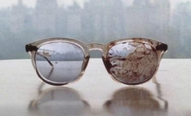 23a22a764147aefde0d237ca4e6385c5 - Yoko mostró los anteojos de Lennon ensangrentados