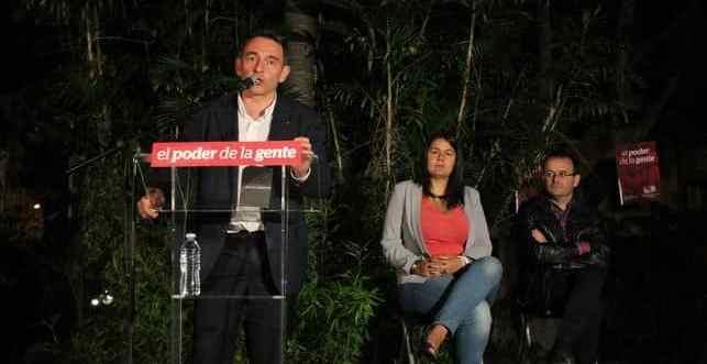 Enrique Santiago durante el mitin de cierre de campaña de IUC en Santa Cruz de Tenerife, bajo la atenta mirada de Elvira Hernández y Ramón Trujillo.