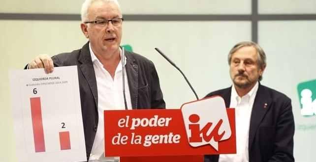 El coordinador general de IU, Cayo Lara, y el numero uno de la lista europea, Willy Meyer, durante la rueda de prensa para valorar los resultados de las elecciones.