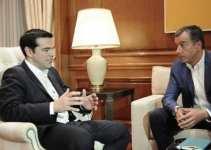 El primer ministro de Grecia Alexis Tsipras (i) habla con el líder del partido Potami Stavros Theodorakis hoy, miércoles 8 de julio de 2015, en el Salón Máximo en Atenas