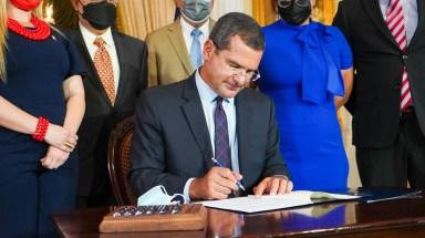 Gobernador convierte en Ley el Proyecto de la Cámara 120 sobre retiro de servidores públicos