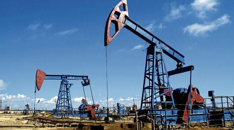Petróleo plataformas en cielo azul