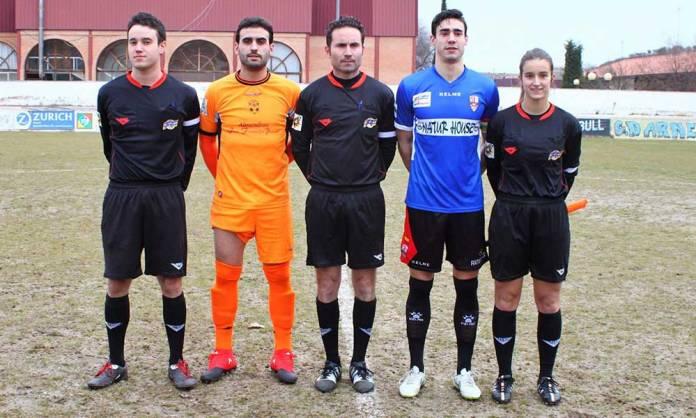 Imagen del conjunto arbitral junto a los capitanes del CD Arnedo y la UD Logroñés publicada en las redes sociales del CD Arnedo