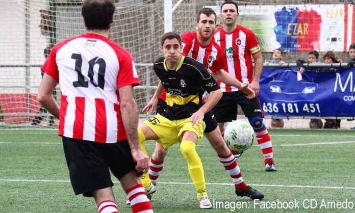 Borja recibe el balón ante la presión de Medrano