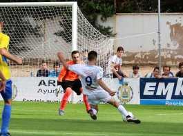 Carlos Trincado marcando el primero de sus tres goles de la tarde