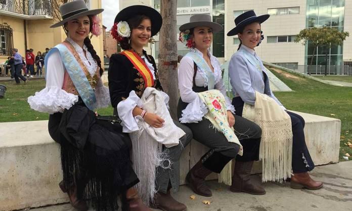 Las Damas y la Reina de las Fiestas de Arnedo, de camperas en el Palacio de la Baronesa