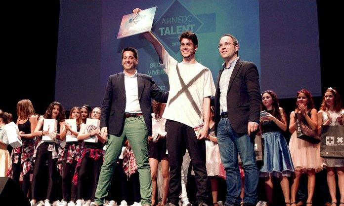 Gonzalo Herce recibe su reconocimiento en el I Arnedo Talent