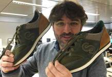Jordi Évole muestra sus zapatillas personalizadas   Imagen: IES Virgen de Vico