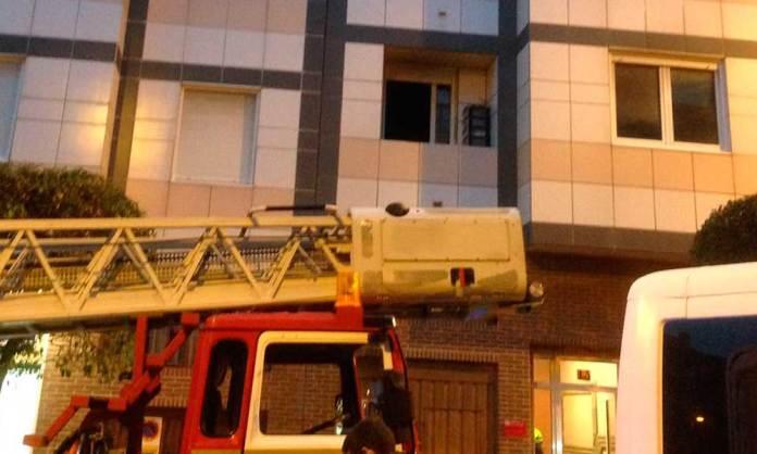 Un camión del CEIS Rioja junto a la vivienda afectada por el incendio