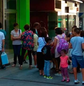 Familias esperan a ser atendidos en una librería arnedana
