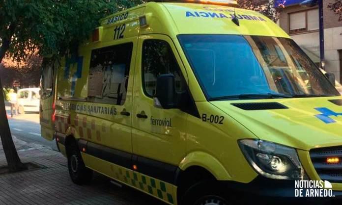 Ambulancia del SERIS atiende a la persona herida en Avenida Benidorm de Arnedo