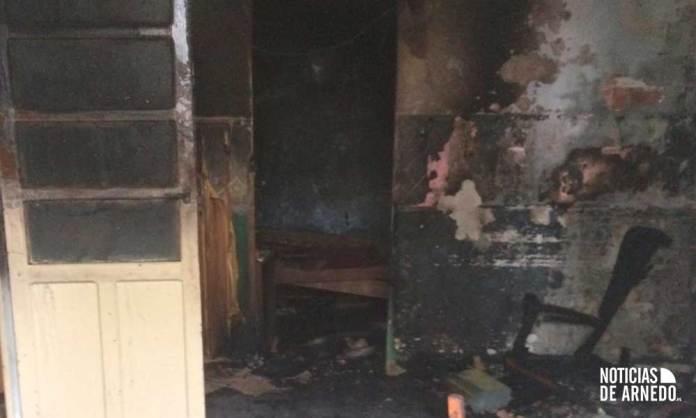 La vivienda de la calle del Olivo de Arnedo donde se ha declarado el incendio ha resultado muy dañada