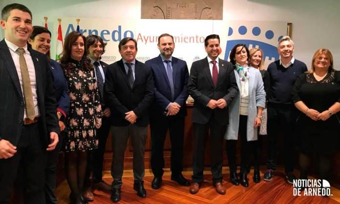 Miembros socialistas de la Corporación y representantes del PSOE junto al Ministro de Fomento, José Luis Ábalos