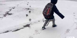 Un menor pasea por una calle nevada de Arnedo (Imagen de Archivo)