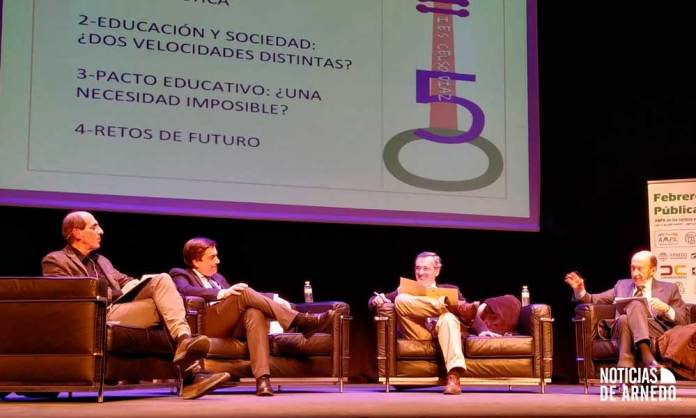 Moderador y ponentes sobre el escenario del Teatro Cervantes de Arnedo