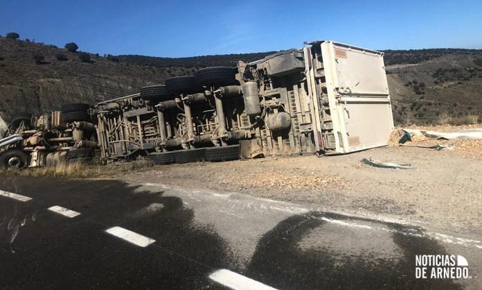 Camión accidentado en la LR-115 (Foto Asier Ochoa Ibañez)