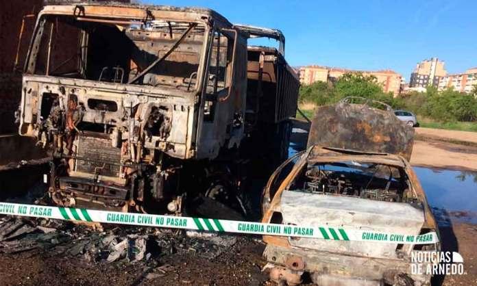 Vehículos afectados en el incendio en el aparcamiento de calle San Blas en Arnedo