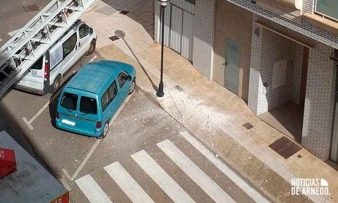 Impacto de la caída de una cornisa en calle Los Planos de Arnedo