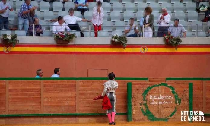 Novillero Rafael González brinda su segundo de la tarde a la espectadora