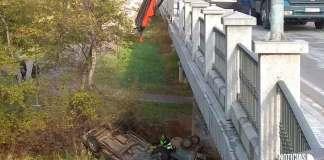 Accidente de un vehículo en el puente del río Cidacos en Arnedo