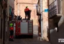 Bomberos del CEIS Rioja trabajando en una fachada de calle Preciados de Arnedo