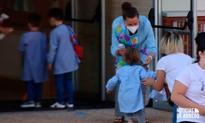 Menores accediendo a uno de los centros educativos de Arnedo tal y como marca el protocolo de seguridad