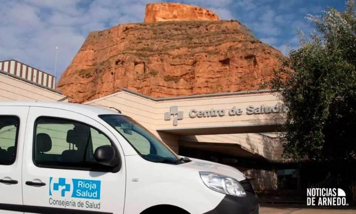 Vehículo del SERIS junto al Centro de Salud de Arnedo, con el castillo de fondo