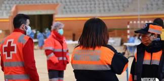 Personal de Cruz Roja y Protección Civil en el dispositivo de cribado en el Arnedo Arena