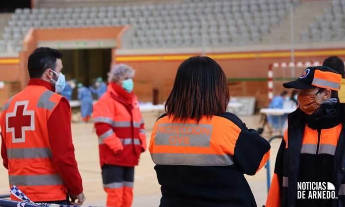 Personal de Cruz Roja y Protección Civil en el dispositivo de cribado en el Arnedo Arena (Noviembre 2020)
