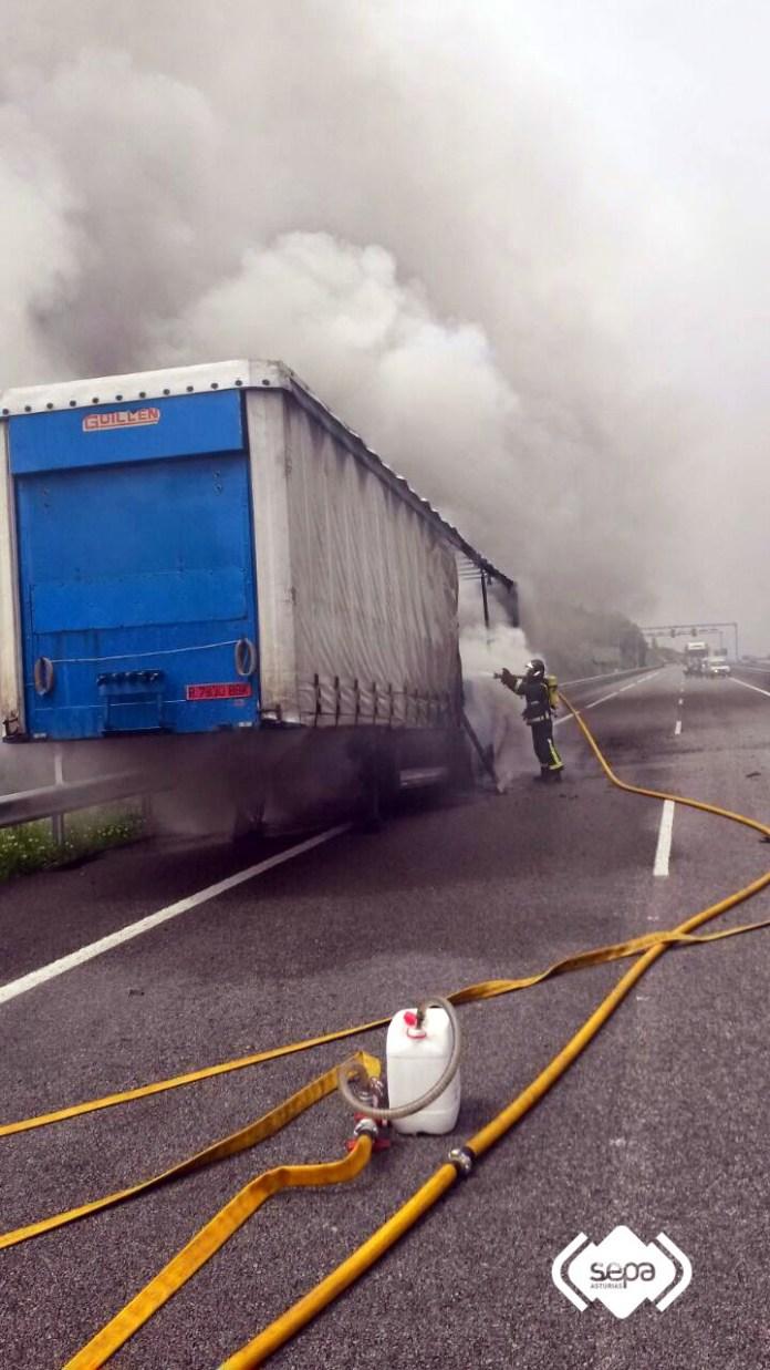 Arde un camión en la Autovía del Cantábrico, en Cudillero 2