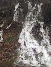 El agua se desborda sobre la carretera