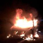Incendio en un camión cargado de coches en Cadavedo