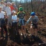 Alumnos de Berducedo plantan árboles en la zona quemada en El Valledor