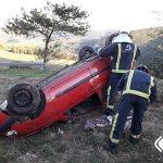 Herido de consideración el conductor de un turismo que volcó en Tineo