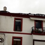 Los bomberos trabajan en la extinción de un incendio en una vivienda de Puerto de Vega