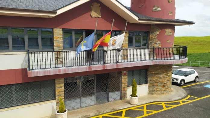 Banderas a media asta en Coaña señal de luto por las víctimas del COVID19 3